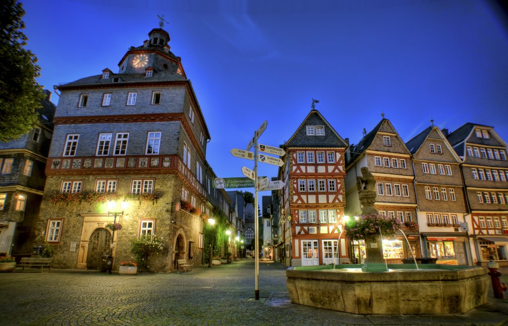 Germany can be so beautiful, if you open the eyes. To be honest, I don't do it all the time. And I think you only get a eye for it, if you live abroad and are not exposed everyday by such a surrounding. I hope you like this night scene of the Herborn market place as much as I do. That is close to my home town.